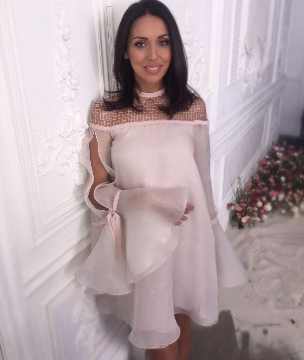 Беременная Алсу примерила нежные наряды для нового клипа