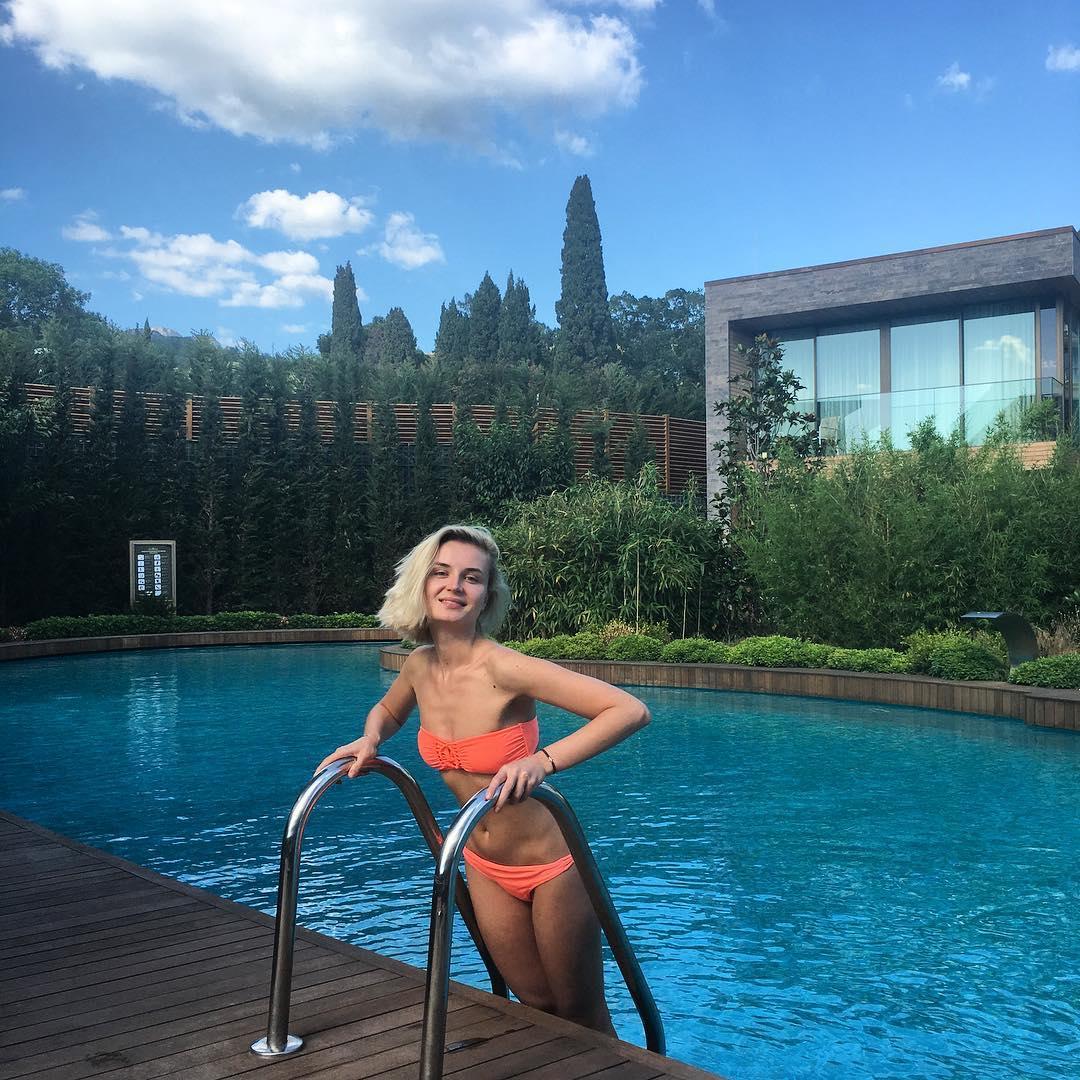 Полина Гагарина улетела в Крым
