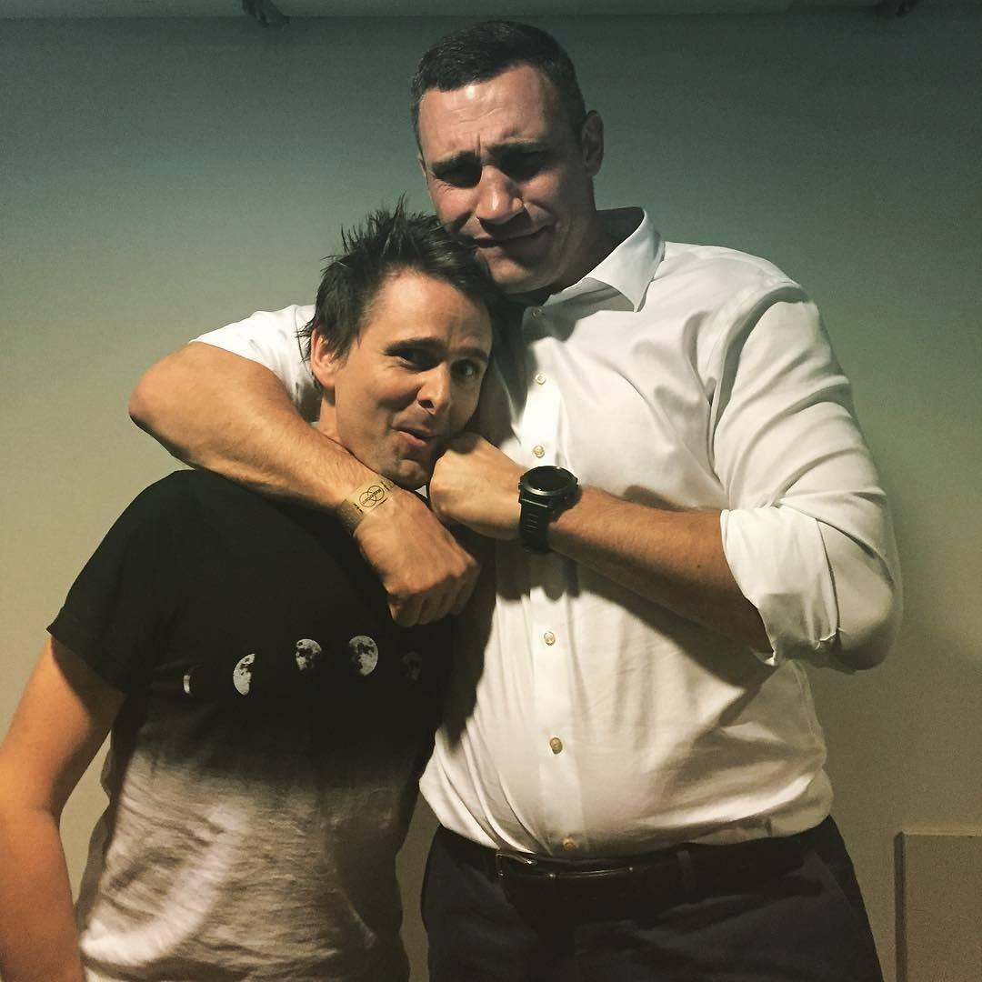 Фото дня: солист Muse в обнимку с Виталием Кличко