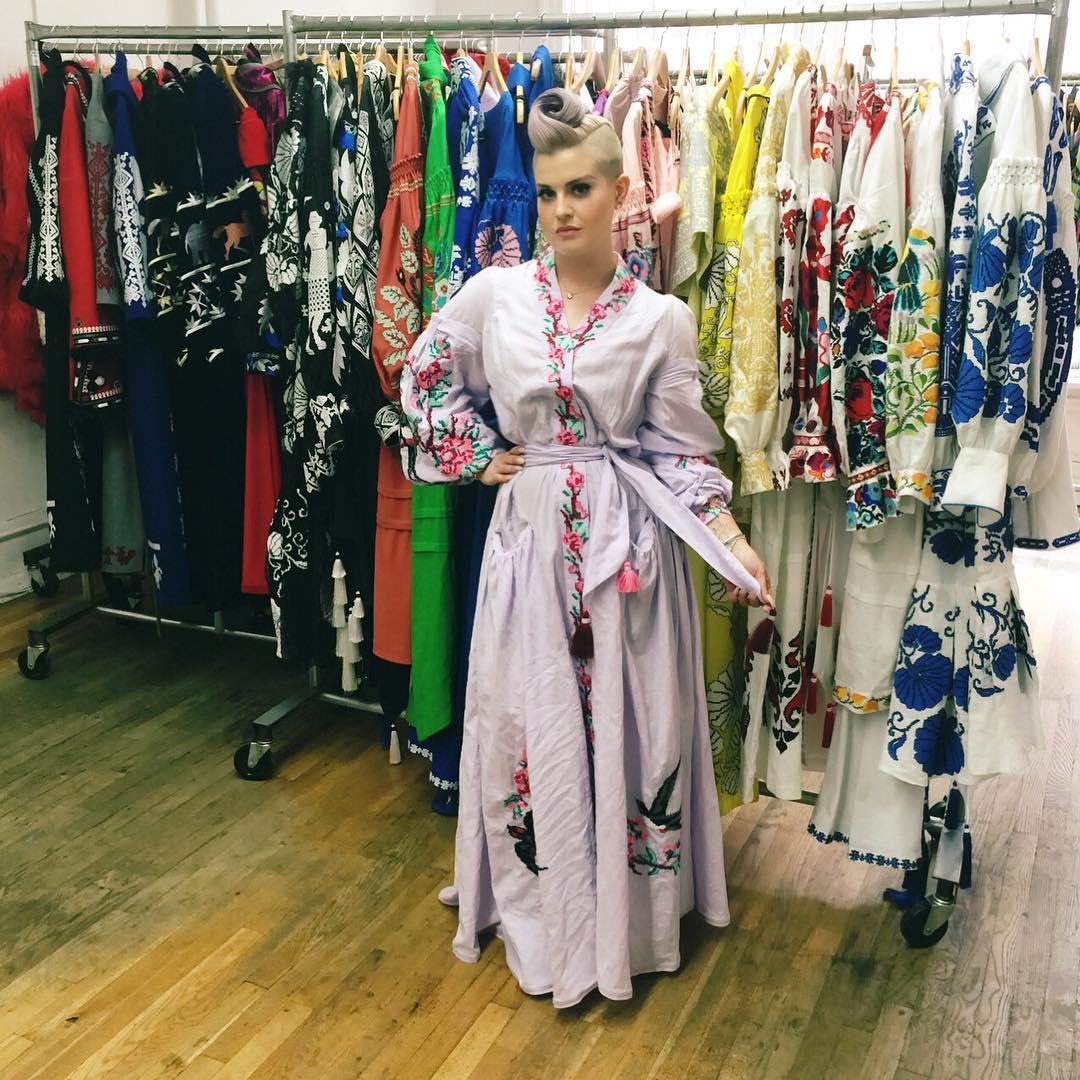 """Келли Осборн примерила платье-вышиванку: """"Украина – сердце моды"""""""