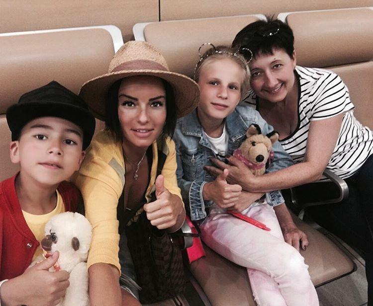 Юлия Волкова отдыхает в Испании с детьми и таинственным незнакомцем