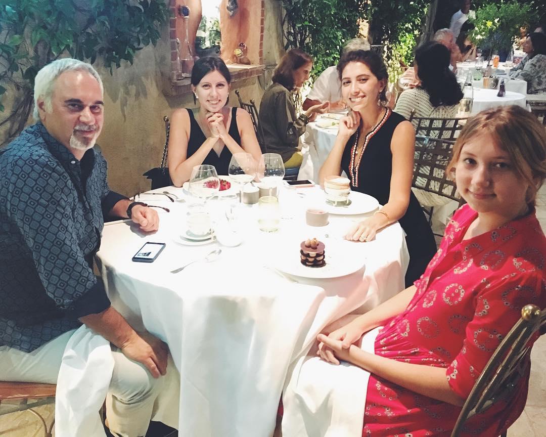 Валерий Меладзе наслаждается отдыхом вместе со своими красавицами-дочками