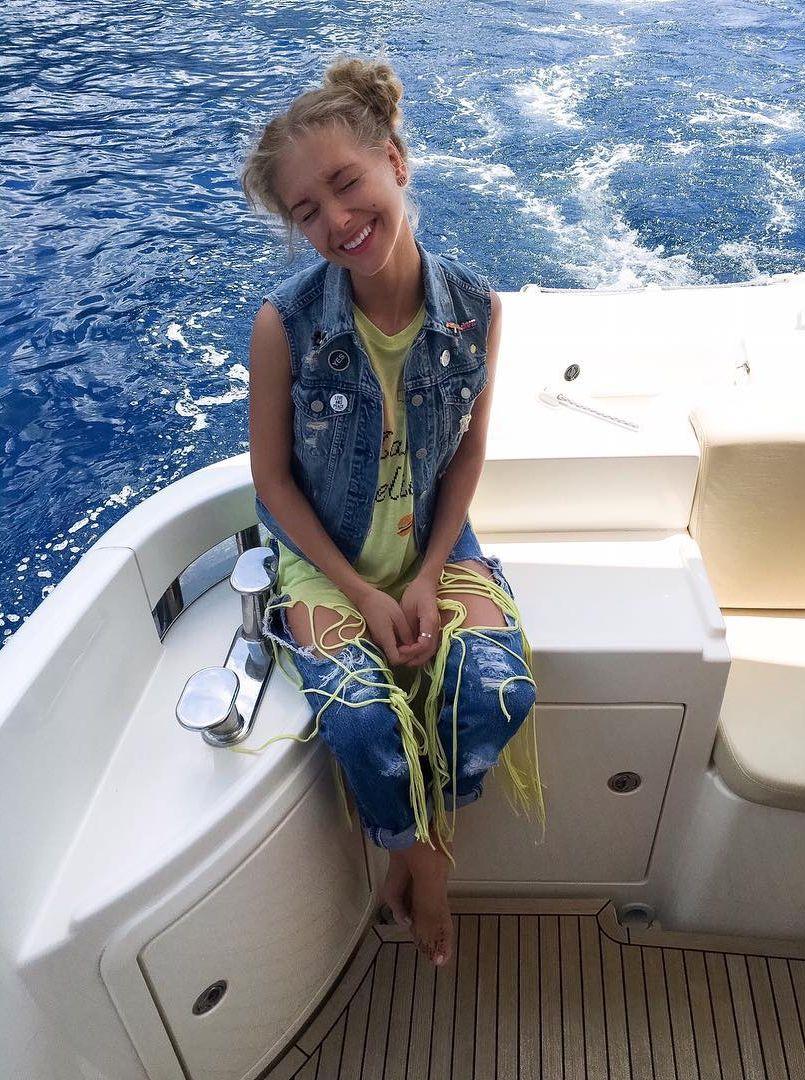 Гарик Харламов и Кристина Асмус с дочерью отдыхают в Греции