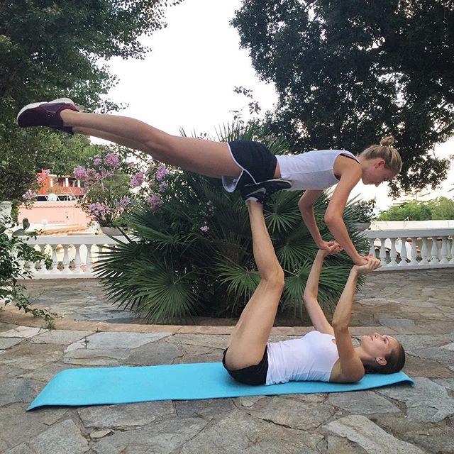Молодая мама Алла Костромичева соблазняет своими длинными ногами