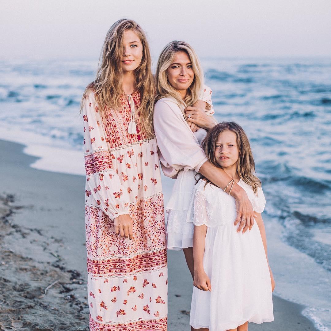 Дочь Веры Брежневой поделилась новыми фото с семейной фотосессии