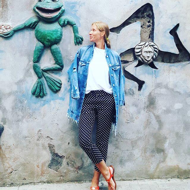 Катя Осадчая восхищает стильными образами на отдыхе у моря