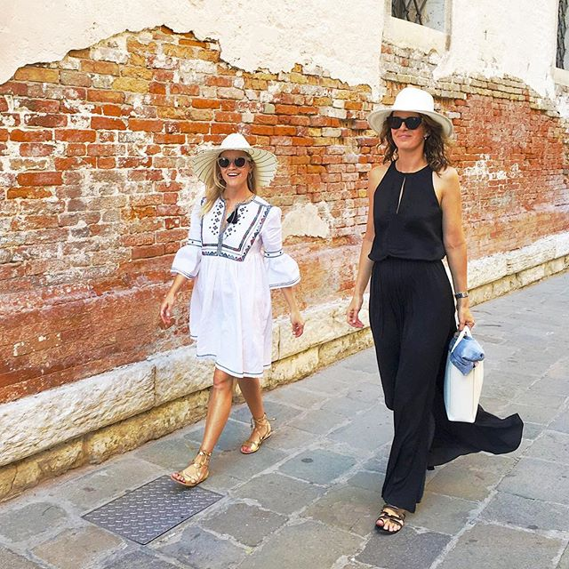 Риз Уизерспун гуляет по Венеции в модных вышиванках
