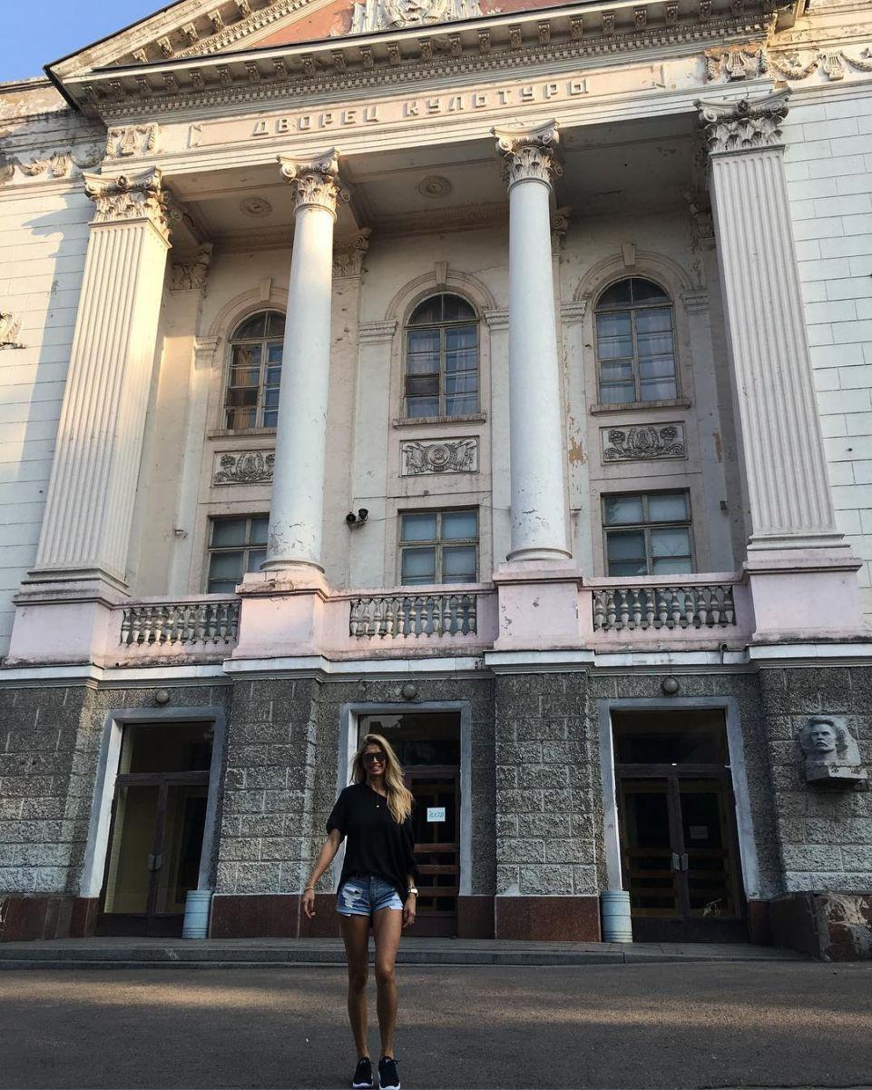 Погостила на родине: Вера Брежнева выступила в Днепродзержинске