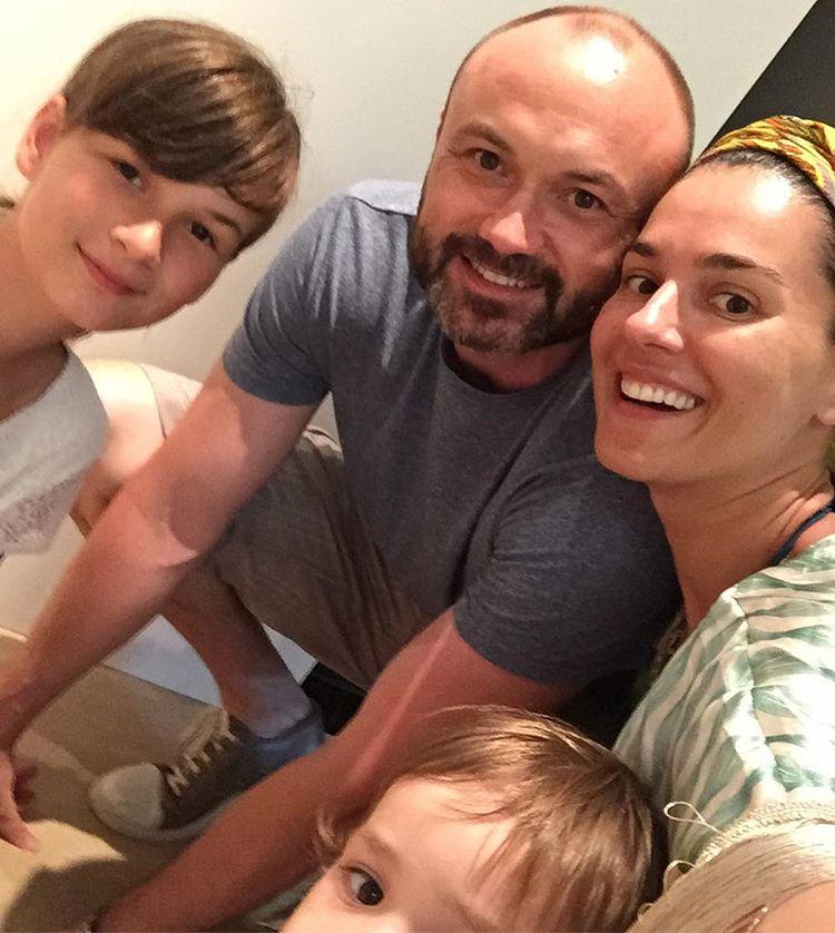 Маша Ефросинина, ее муж Тимур Хромаев, дочь Нана и сын Саша