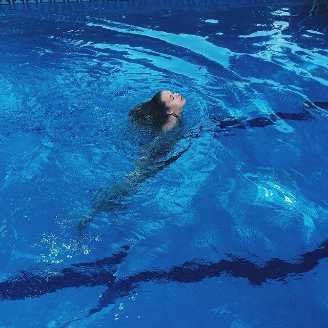 15-летняя дочь Веры Брежневой покоряет подписчиков стройной фигурой в купальнике