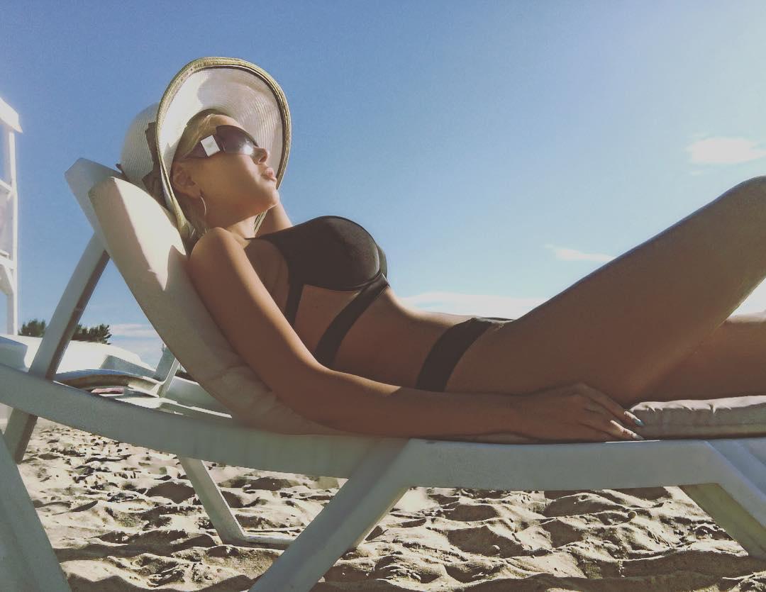 Неузнаваемая Алина Гросу показала стройную фигуру в купальнике