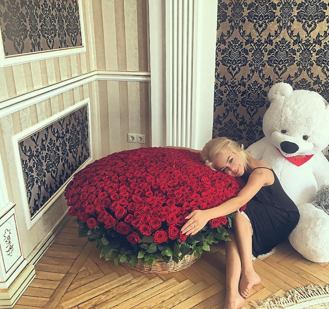 Алина Гросу заинтриговала фанатов огромным букетом красных роз