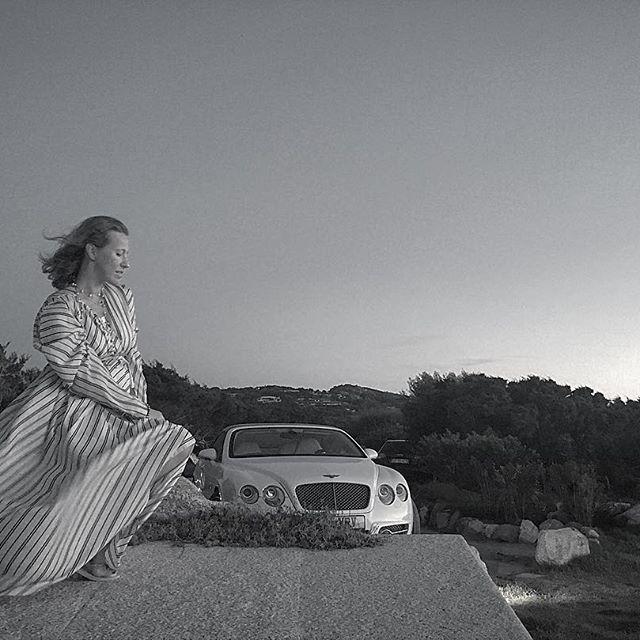 Ксения Собчак интригует поклонников снимками с округлившимся животиком