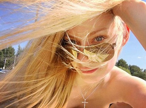 Светлана Ходченкова позирует в бикини таинственному незнакомцу