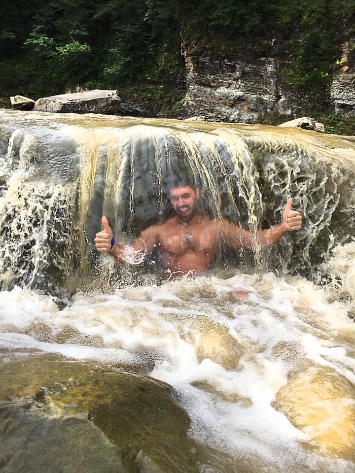 Виталий Козловский искупался в водопаде