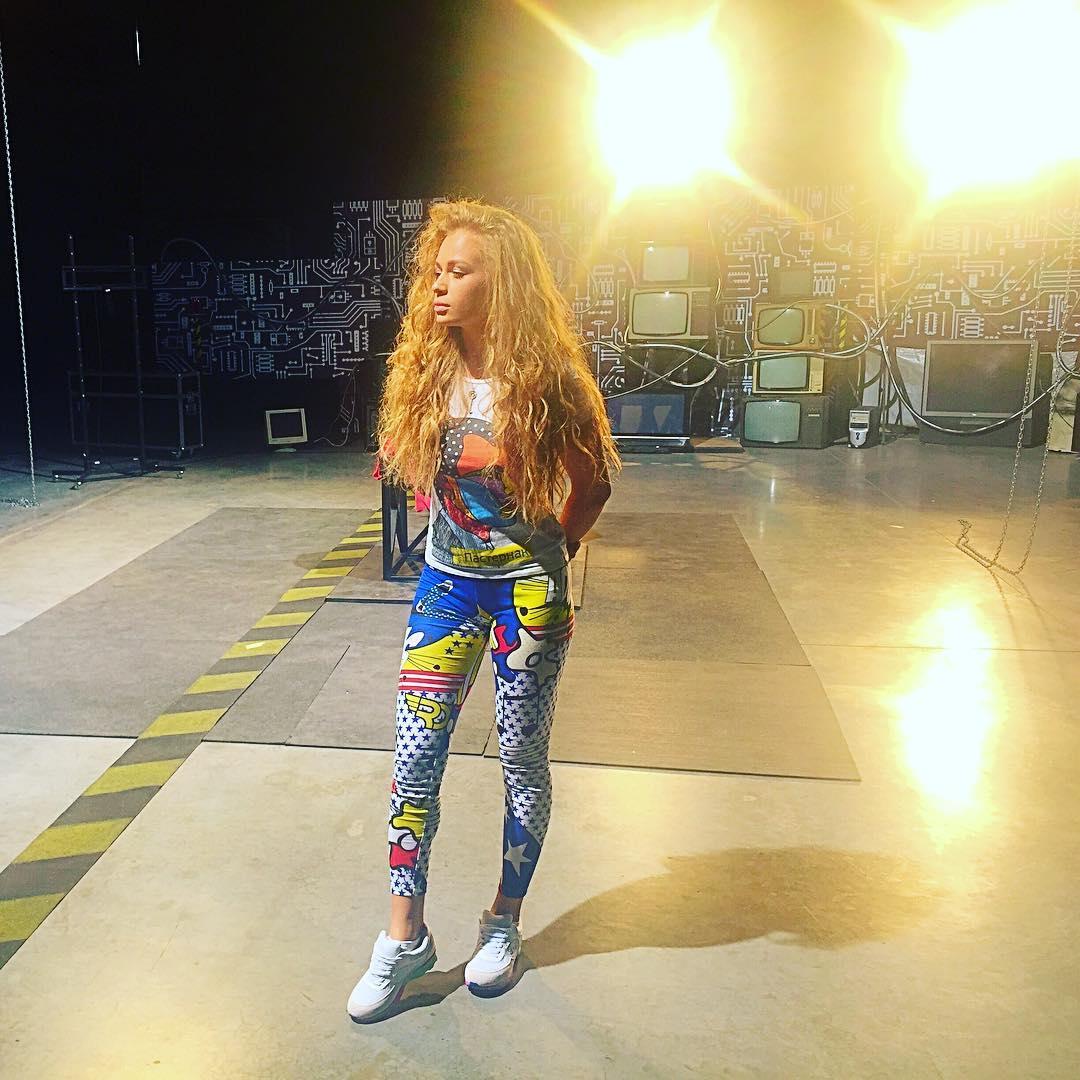 Яна Соломко в облегающих лосинах на съемках шоу Зважені та щасливі 6