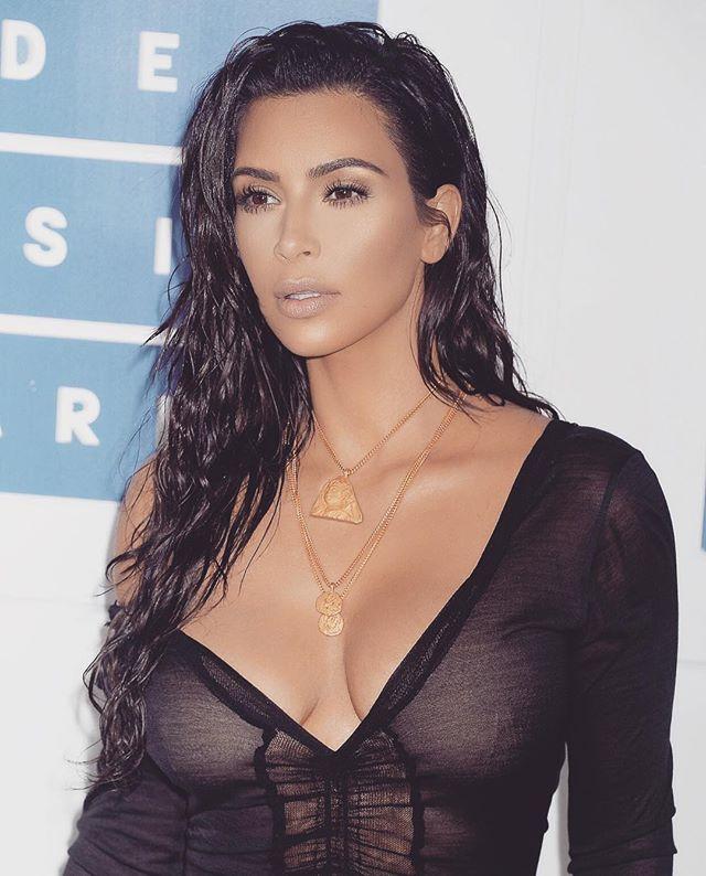 Ким Кардашьян появилась на светском мероприятии полураздетая и с мокрыми волосами