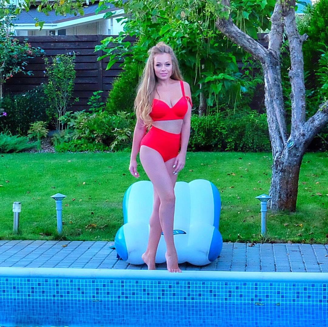 Яна Соломко в купальнике