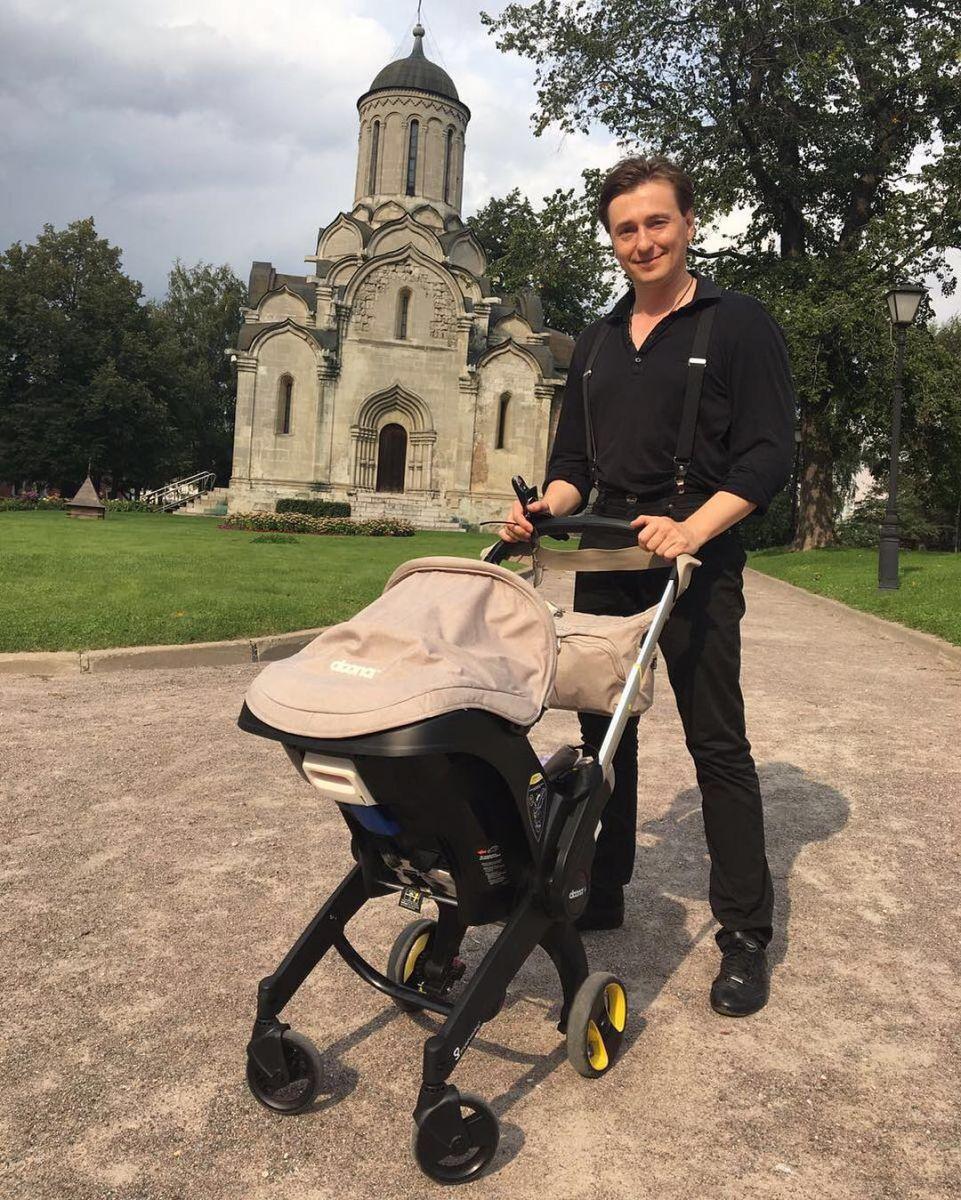Сергей Безруков гуляет с крошечной дочерью во время съемок