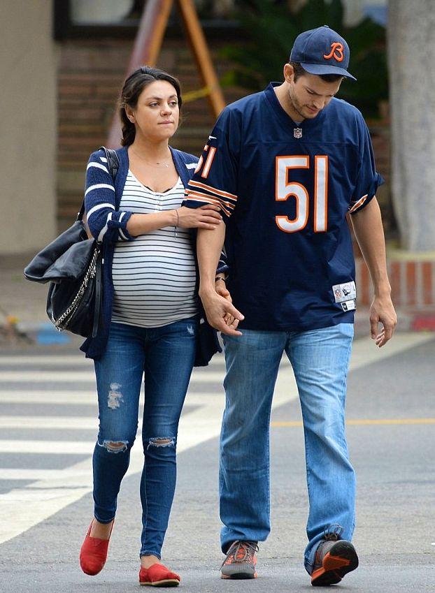 Мила Кунис показала свой огромный беременный живот