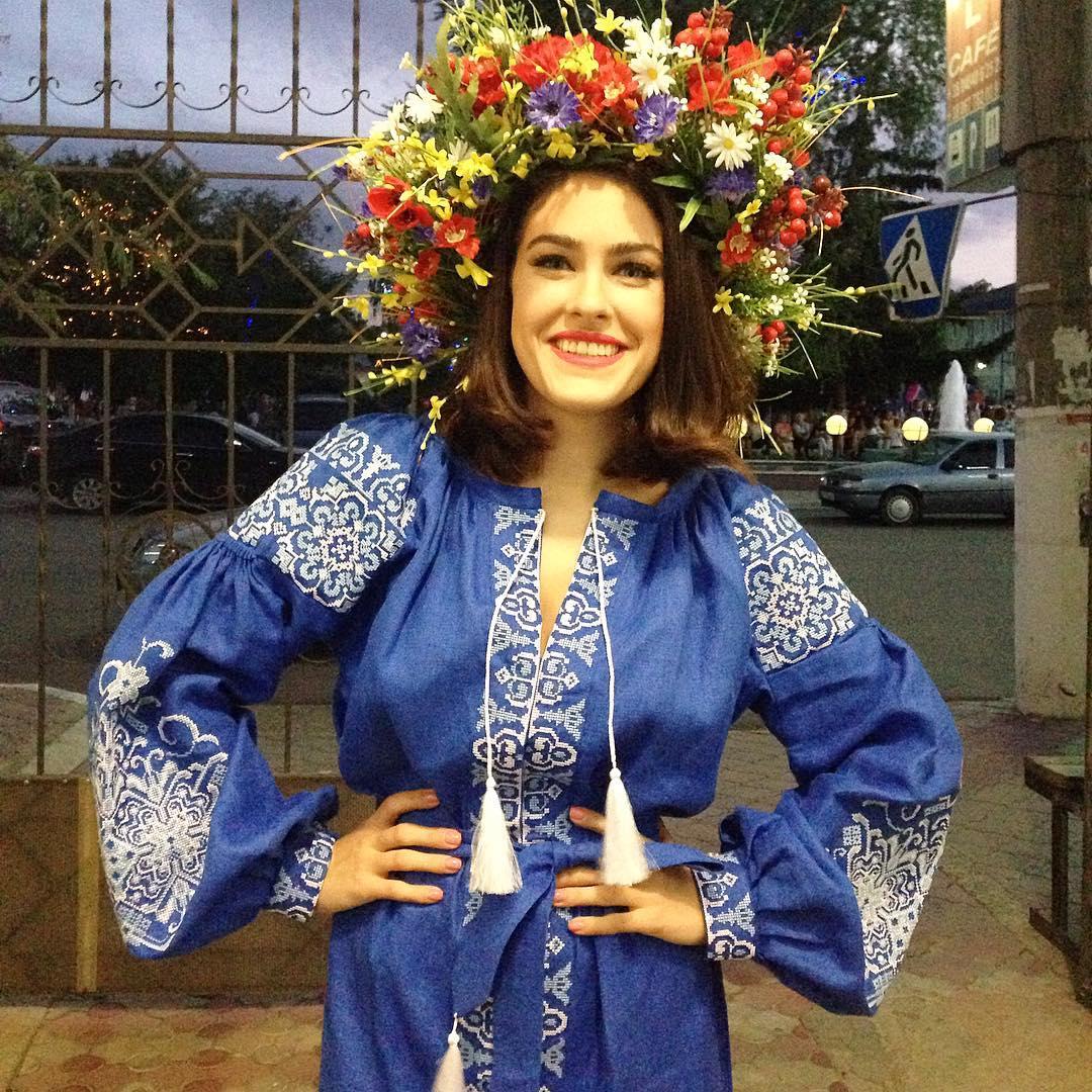 День вышиванки: звезды позируют в нарядах с украинскими орнаментами