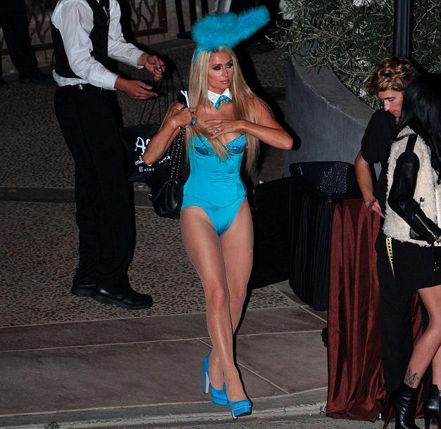 Пэрис Хилтон соблазняет в сексуальном костюме Playboy