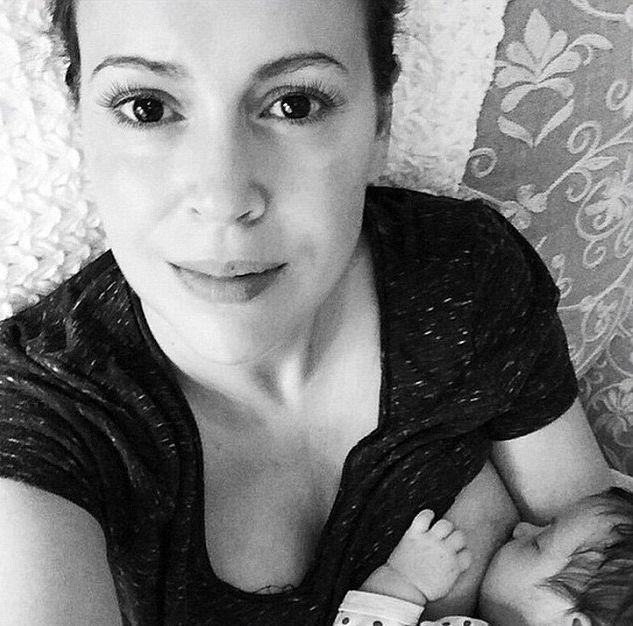 Алисса Милано опубликовала фото интимного процесса кормления грудью