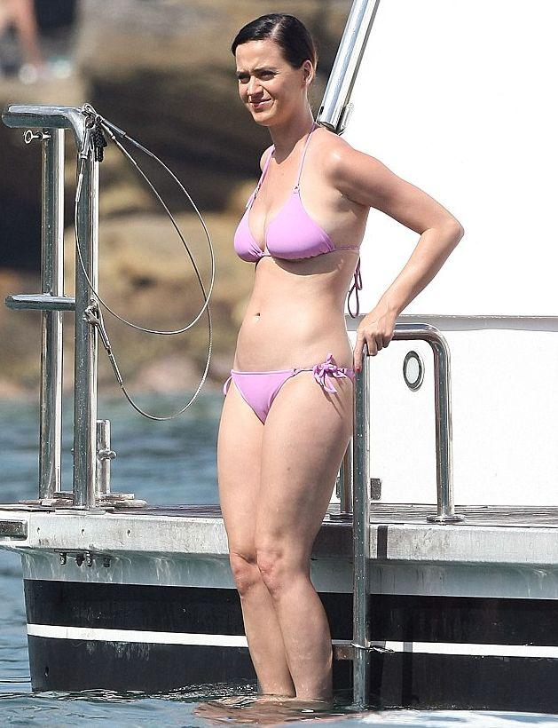 Кэти Перри хвастается фигурой в бикини