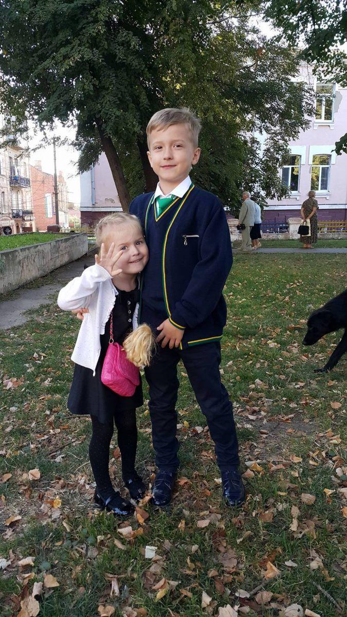 Вячеслав Узелков и его жена отвели сына Роберта в первый класс