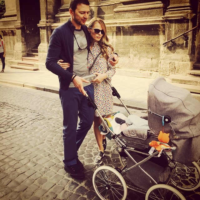 Ольга Фреймут поделилась вглобальной web-сети милым семейным фото