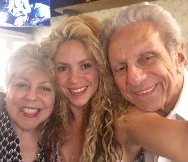 Шакира впервые опубликовала селфи с родителями