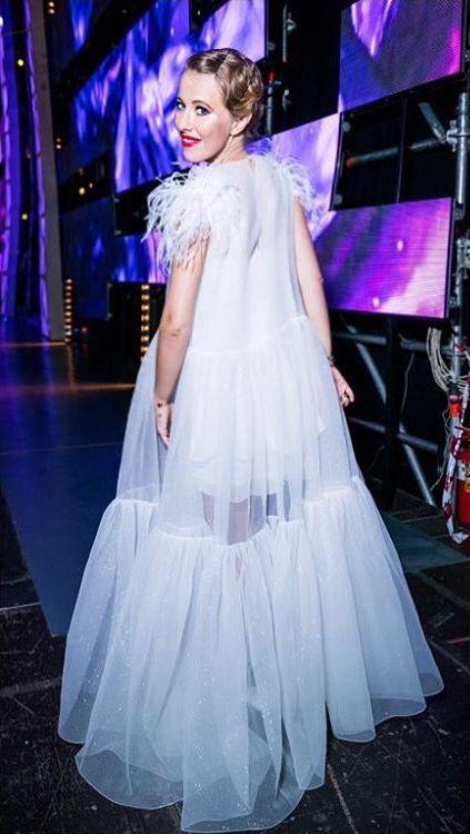 Беременная невеста: Ксения Собчак вышла в свет в сказочно красивом белом платье