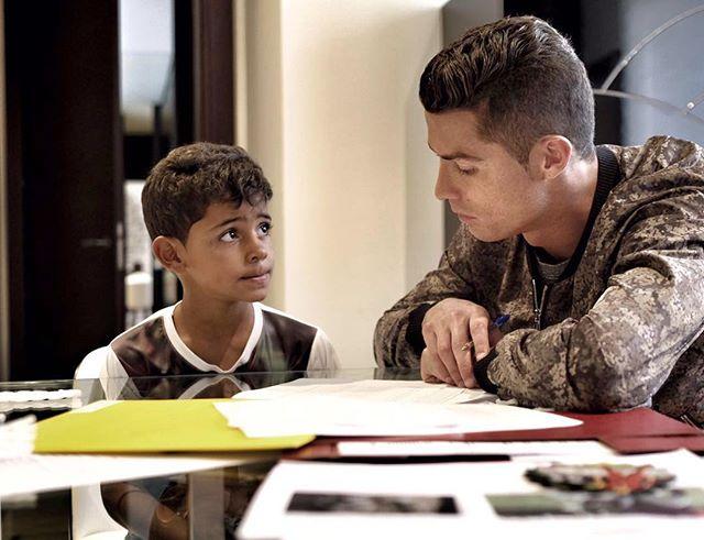 Заботливый отец: Криштиану Роналду делает уроки с сыном