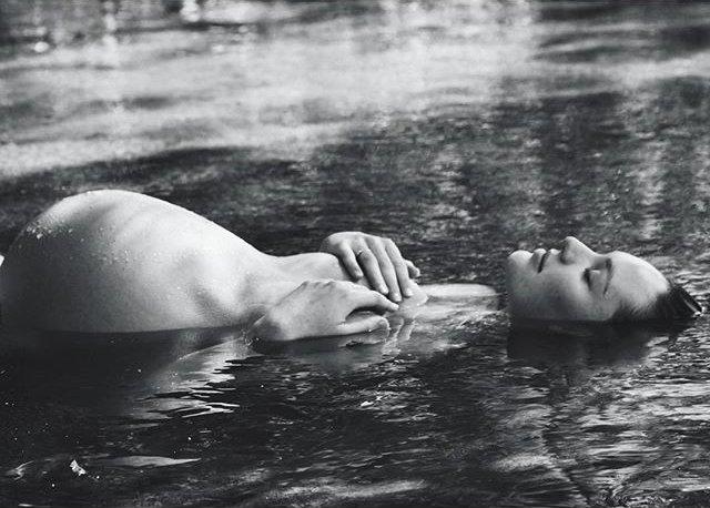 Смело: беременная Кэндис Свенйпол снялась обнаженной в воде