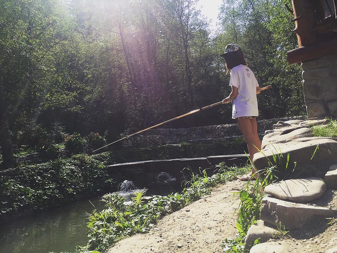 Мария Яремчук демонстрирует стройную фигуру на отдыхе в Карпатах