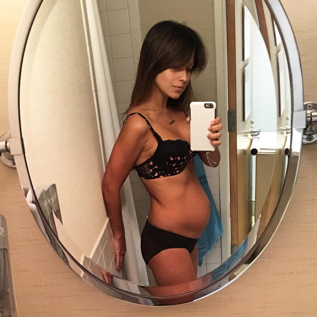 Смело: жена Алека Болдуина показала фигуру спустя сутки после родов