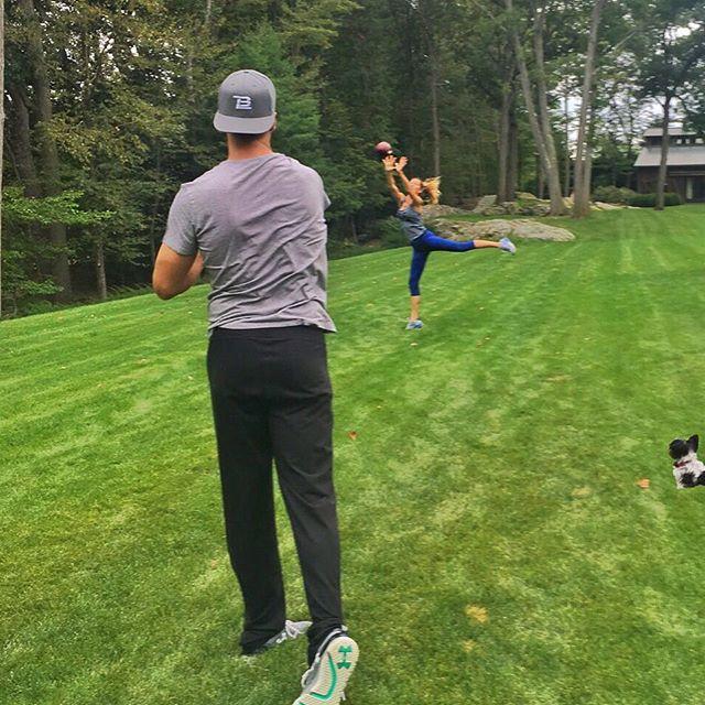Фотофакт: Жизель Бундхен тренирует супруга-футболиста на заднем дворе