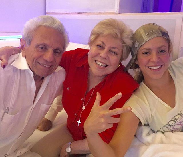 Семейное селфи: Шакира опубликовала веселое фото с мамой и папой