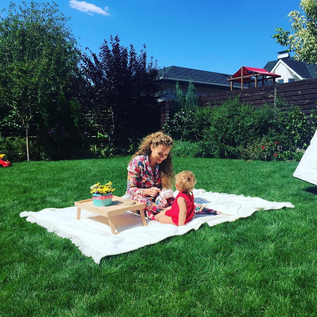Словно солнце: Яна Соломко показала лицо кудряшки-дочери