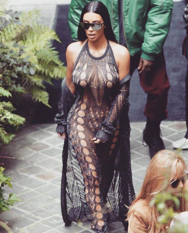 Откровенно и необычно: Ким Кардашьян появилась на модном показе в платье с множеством дыр