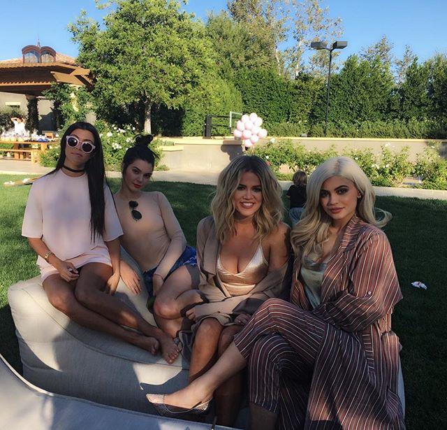 Красотки в сборе: Хлое Кардашьян позирует с любимыми сестрами