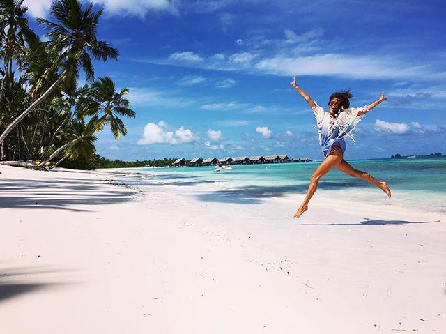 Алессандра Амбросио позирует на пляже топлес