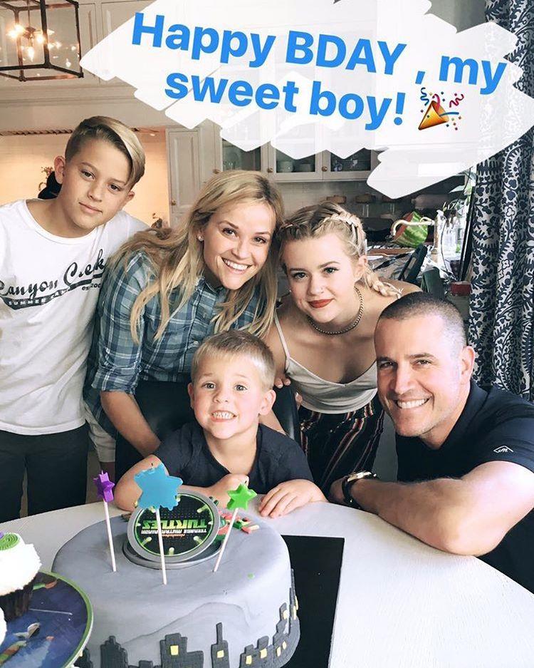 Риз Уизерспун опубликовала редкое семейное фото с любимым мужем и детьми