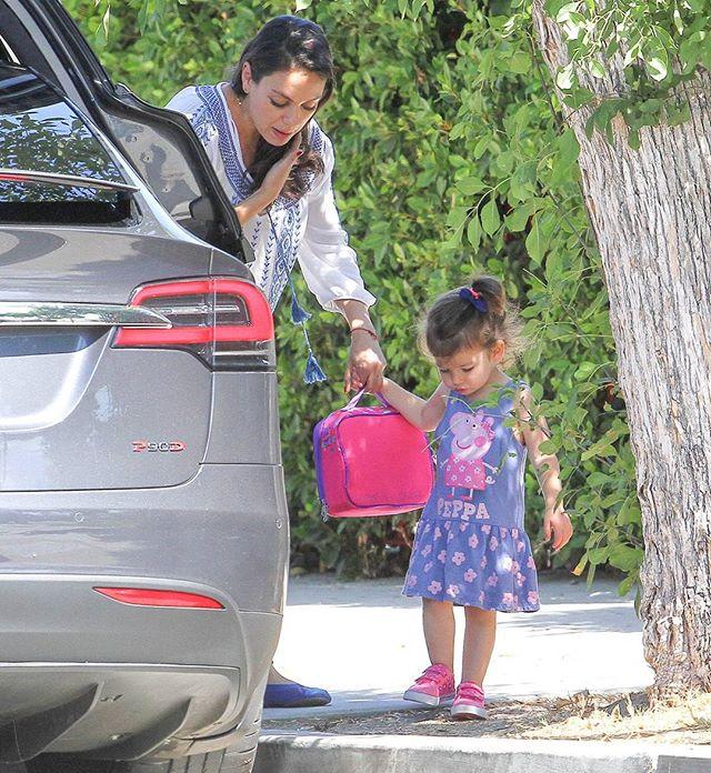 Беременная Мила Кунис появилась на прогулке с дочерью в вышиванке