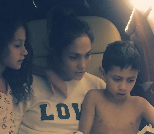 Маленькие модники: Дженнифер Лопес опубликовала стильное фото детей
