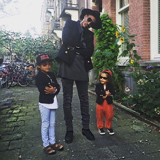 Стильная семейка: Даутцен Крус поделилась ярким фото мужа и детей
