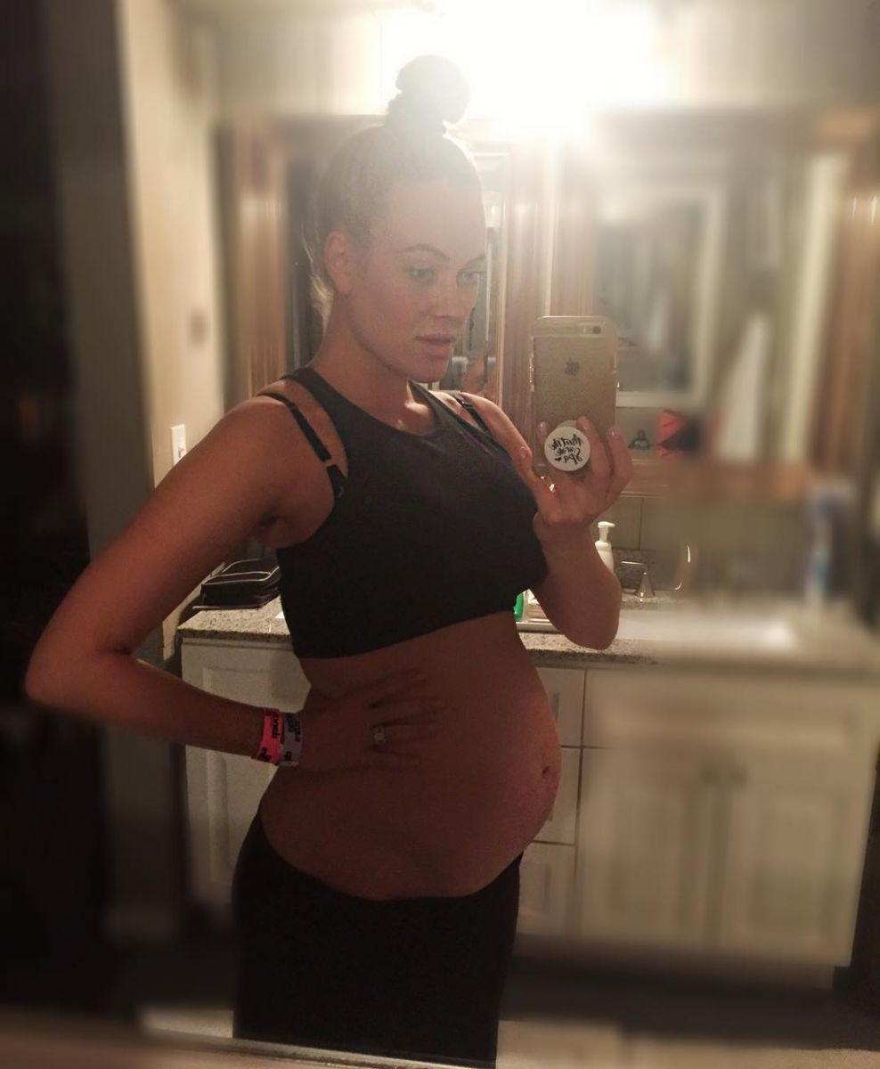 Беременная жена Максима Чмерковского показала большой живот