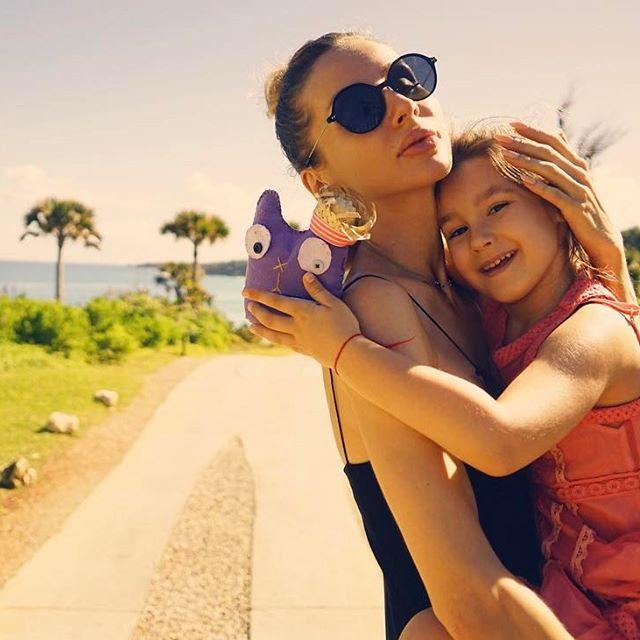 Светлана Лобода забыла о макияже на отдыхе с дочерью
