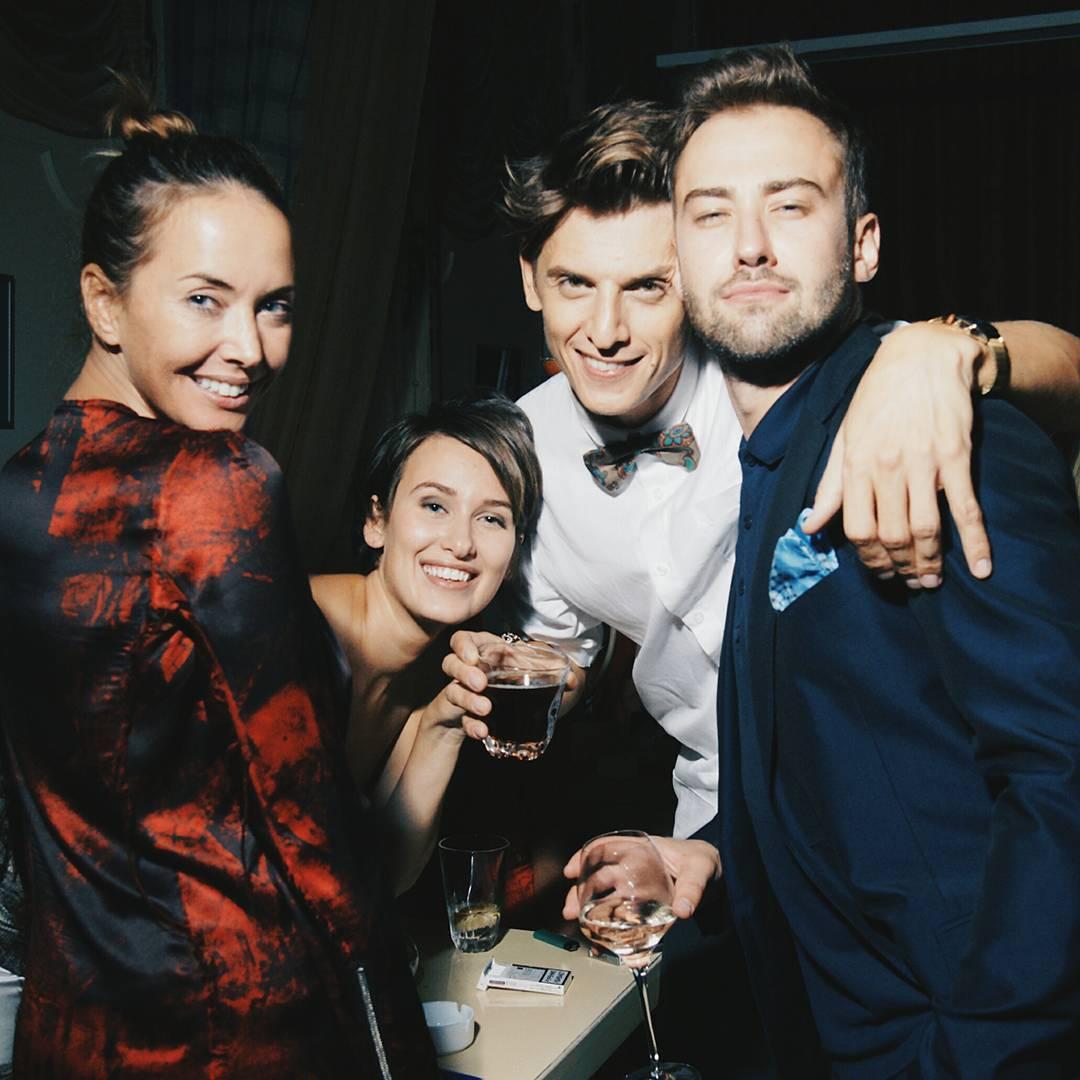 Улыбчива и счастлива: в сети появилось старое фото Жанны Фриске с друзьями и Дмитрием Шепелевым
