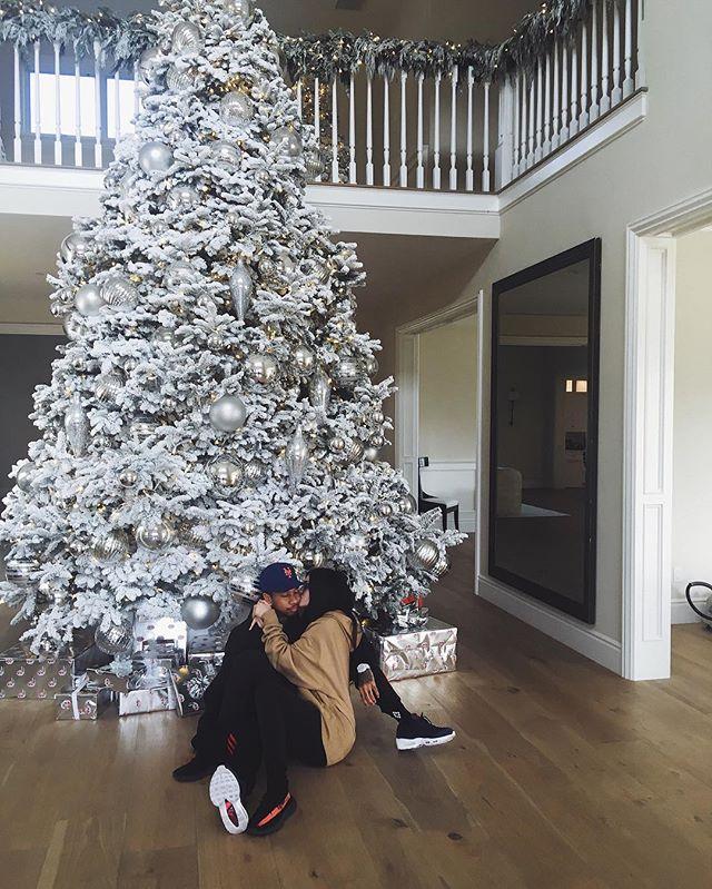 Поцелуи у новогодней елки: поклонники в восторге от романтичного фото Кайли Дженнер с бойфрендом